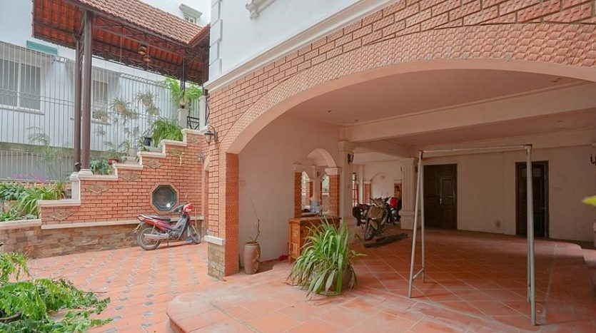 huge old style villa for rent on to ngoc van 10