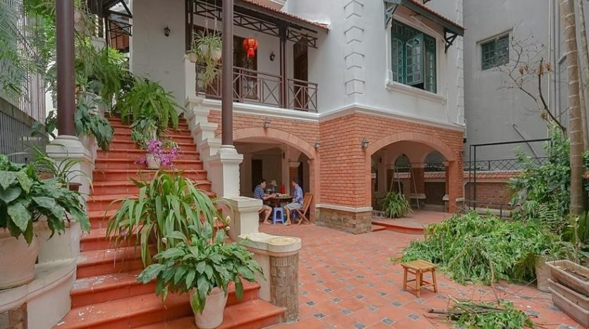 huge old style villa for rent on to ngoc van 11