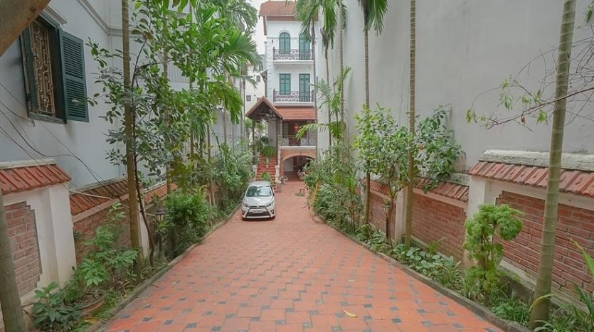 huge old style villa for rent on to ngoc van 14