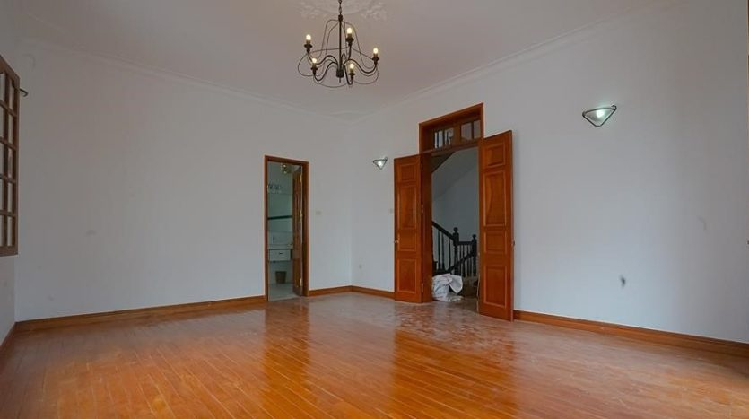 huge old style villa for rent on to ngoc van 20