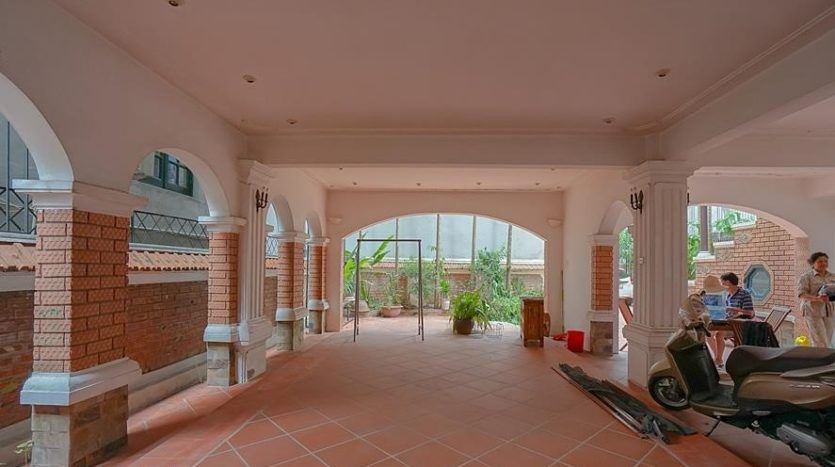 huge old style villa for rent on to ngoc van 25