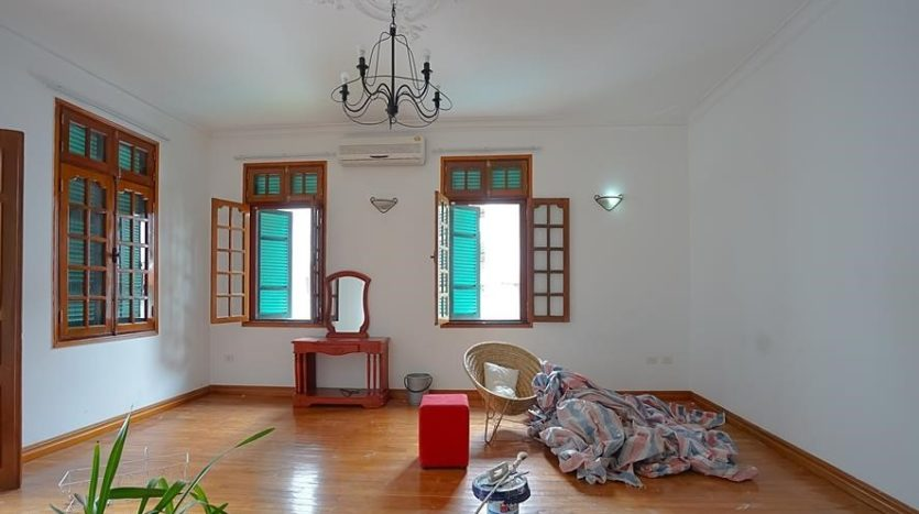 huge old style villa for rent on to ngoc van 3