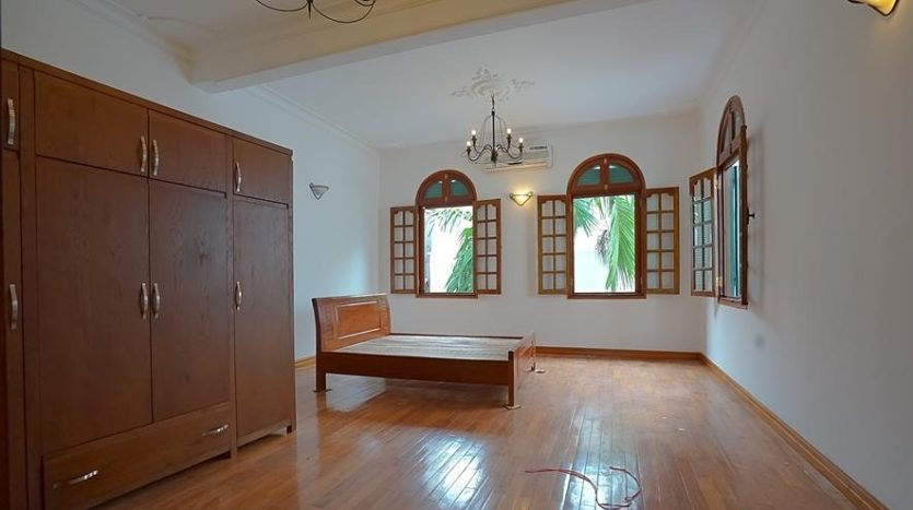 huge old style villa for rent on to ngoc van 38
