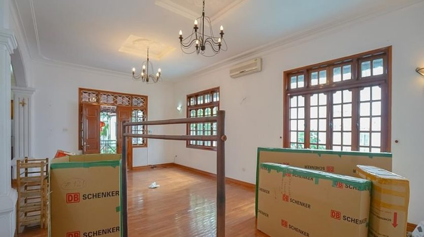 huge old style villa for rent on to ngoc van 4