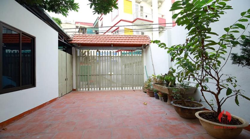 Courtyard 5BR house for rent on Au Co street Tay Ho district 1