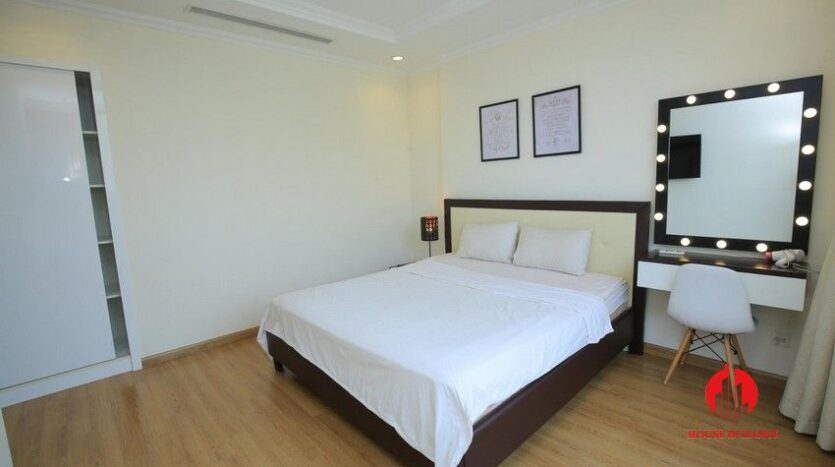 big balcony apartment for rent in vinhomes nguyen chi thanh 18