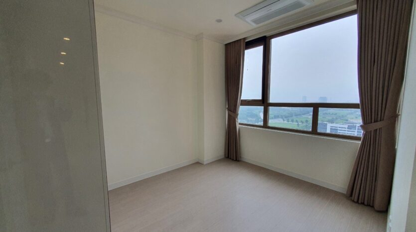 Basic 3 BR Apartment for Rent in Starlake High Floor and Open View 35